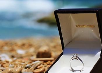 Одна из невест станет обладательницей кольца с бриллиантом